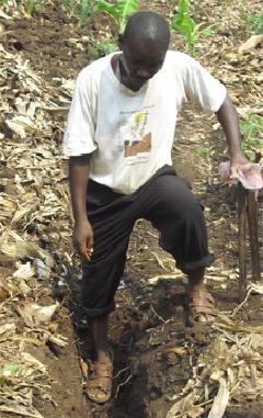 Cyprien reparando una tubería